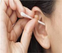 منها زيادة إفراز الغدة.. أسباب انسداد الأذن بالشمع وأضراره