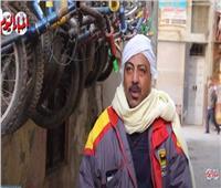الأسطى كرم ملك الجنزير.. مهنة «العجلاتي» بتنقرض أمام الموتسيكل| فيديو