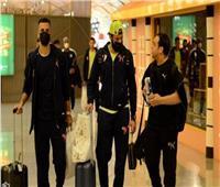لاعبو الزمالك يتوافدون على المطار استعداداً للسفر لتونس
