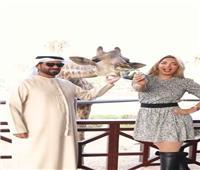 بالفيديو| مي حلمى تُطعم زرافة وتُعلِّق: أسعد يوم فى حياتي