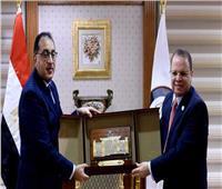 في زيارة له.. رئيس الوزراء يتسلم درع النيابة العامة من النائب العام