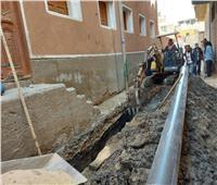 استمرار أعمال حفر وتركيب شبكات انحدار محطة الصرف الصحي بقرية النمسا