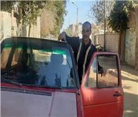 «فيها حاجة حلوة».. شاب بالمنيا يحول سيارة «قديمة» للعمل بالطاقة الشمسية