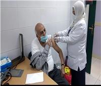 «خلية نحل».. بدء تطعيم أهالي قنا بلقاح كورونا| فيديو