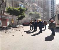 بعد سقوط أجزاء منها.. إزالة شرفة عقار في الإسكندرية| صور