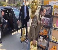 «السيسي» يتحدث مع بائع فاكهة في الشارع ويوجه بعلاجه على نفقة الدولة | فيديو