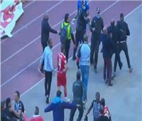 فيديو  اشتباكات عنيفة بين لاعبي الصفاقسي والإفريقي وأفراد الأمن