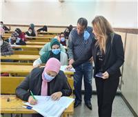 عميد «أداب عين شمس» يتفقد امتحانات الفصل الدراسي الأول