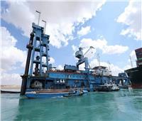 رئيس قناة السويس يطالب بتسريع وتيرة العمل لتعويم السفينة الجانحة