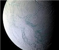 علماء: قمر زحل «إنسيلادوس» قد يستضيف حياة لكائنات فضائية