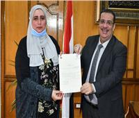 دينا أبو المعاطي قائماً بعمل عميد صيدلة القناة