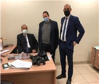 ضبط «أسيوي» حاول تهريب كمية من «الشيش» الإلكترونية داخل «ملابسه»