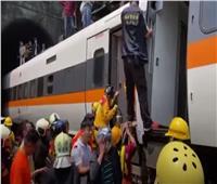 مصرع 41 شخصًا في خروج قطار عن السكة الحديدية بتايوان| فيديو