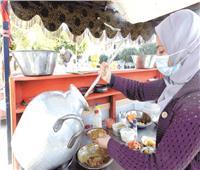 «آية» خريجة الزراعة تساعد والدها على عربة فول