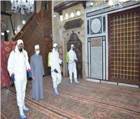 تعقيم مسجد الحسين بالقاهرة استعدادًا لشهر رمضان | صور
