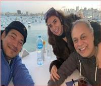 باسم سمرة يلتقط سلفي مع أشرف زكي وروجينا من الإسكندرية
