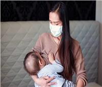 كيف تتعامل الأم المرضعة المصابة بكورونا مع طفلها؟