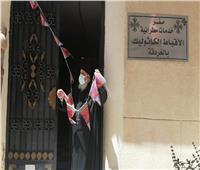 «كلنا نسيج واحد».. قمص يعلق زينة رمضان داخل كنيسة بالغردقة