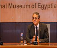 وزير السياحة والآثار يشرح للأطفال «الهيروغليفية»