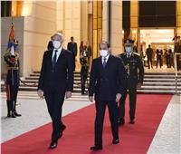 لحظة وداع الرئيس السيسي لنظيره التونسي بمطار القاهرة | صور