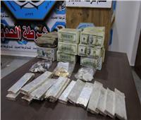 صور| العثور على أموال وقطع ذهبية خبأها «داعش» تحت أنقاض الموصل