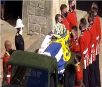 تتقدمهم «الملكة إليزابيث».. الظهور الأول لعائلة الأمير فيليب في جنازته