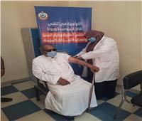 تطعيم سيدة بريطانية ومواطن سعودي بلقاح كورونا بالشرقية