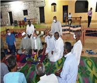 «محافظ أسوان» يُشارك أهالى قرية تنقار النوبية إفطار رمضان