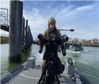 فيديو مذهل لهبوط ضابط بالبحرية البريطانية ببدلة نفاثة على سفينة