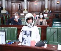 عبير موسى تدخل مقر البرلمان التونسي مرتدية «خوذة» و«سترة ضد الرصاص».. فيديو