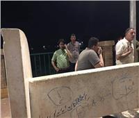 مجلس مدينة المحلة يلقي زيوت سيارات على الكورنيش لمنع التجمعات