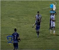 لاعب يحمل منافسه المصاب على ظهره لخارج الملعب| فيديو