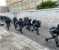 الاحتلال يعتدي على المصلين.. ويمنع الحافلات من الوصول للأقصى