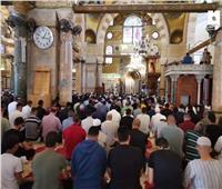 الفلسطينيون يؤدون ركعتين شكرعقب إعادة فتح أبواب الأقصى