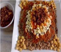قبل العيد| طريقة عمل الكشري في البيت بـ«البصل المقرمش»