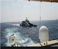 سفينة أمريكية تطلق عشرات الطلقات التحذيرية لزوارق إيرانية هجومية