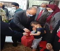 محافظ القاهرة يوزع «الكحك والعيدية» على أطفال إحدى دور الأيتام