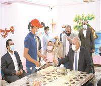 محافظ قنا يشارك الأطفال الأيتام فرحتهم بـ«عيد الفطر»