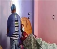 ممرض يساعد المصابين بفيروس كورونا في المنازل   فيديو