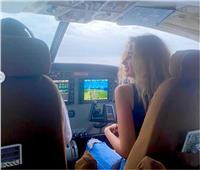 «الطيران» يعلق على صورة هنا الزاهد داخل «كابينة طائرة»