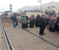 مزلقان سكة حديد يتحول لسوق عشوائي بالقليوبية.. صور