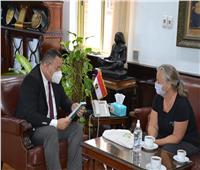 معهد جوتة يهدى كتاب «الدليل المعماري» لرئيس جامعة الإسكندرية