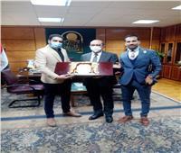 رئيس جامعة أسيوط يستقبل وفداً من العاملين لتقديم الشكر بعد رفع الأجور