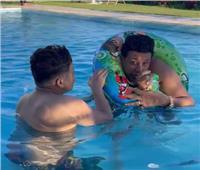 شاهد| حمو بيكا يفشل في ارتداء عوامة السباحة في الساحل الشمالي