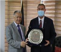 سفير فلسطين بالقاهرة يكرم أمين مجلس الوحدة الاقتصادية العربية السابق