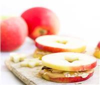 طريقة تحضير التفاح مع زبدة الفول السوداني