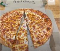 حيلة لا تصدق.. اقتطاع نصف شطيرة بيتزا دون ملاحظة أحد | فيديو