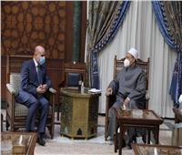 الرئيس الفلسطيني يهدي شيخ الأزهر نسخة خاصة من «العهدة العمرية»