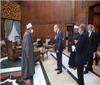 مستشار الرئيس الفلسطيني يهدي شيخ الأزهر نسخة خاصة من العهدة العمرية