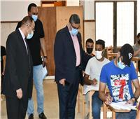 رئيس جامعة القناة يتابع سير الامتحانات من داخل اللجان